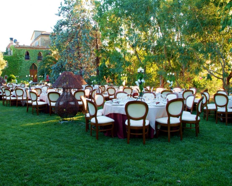 I giardini e i salotti esterni masseria mazzei le for Giardini arredati