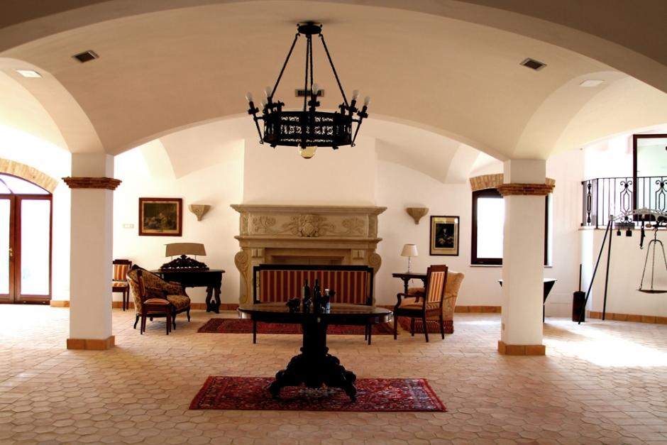 Arredamento Barocco Antico : La sala ovest masseria mazzei le colline del gelso rossano cs